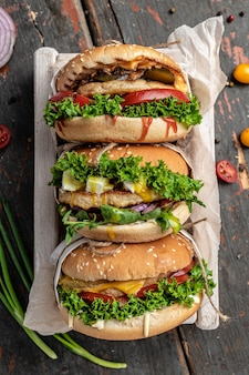 Set di hamburger fatti in casa con manzo, lattuga e formaggio, cibo americano. fast food, immagine verticale. vista dall'alto