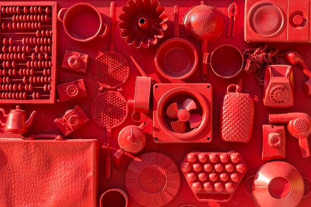 Set di articoli per la casa del xx secolo, collezione retrò sul muro rosso