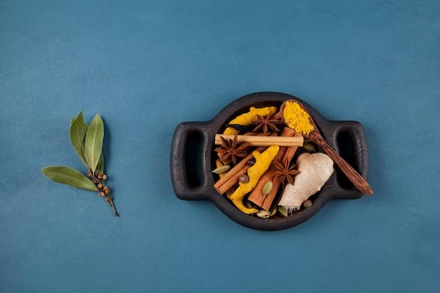 Impostare gli ingredienti per la famosa bevanda indiana masala chai o latte d'oro.