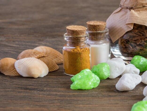 Impostare ingredienti e spezie per l'aromaterapia e la cura del corpo su una superficie in legno. spa ancora in vita