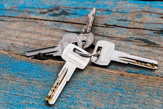 Il set di chiavi si trova su una superficie di legno. chiavi dimenticate