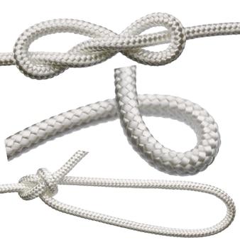 Una serie di nodi su una corda bianca, isolata su uno sfondo bianco.