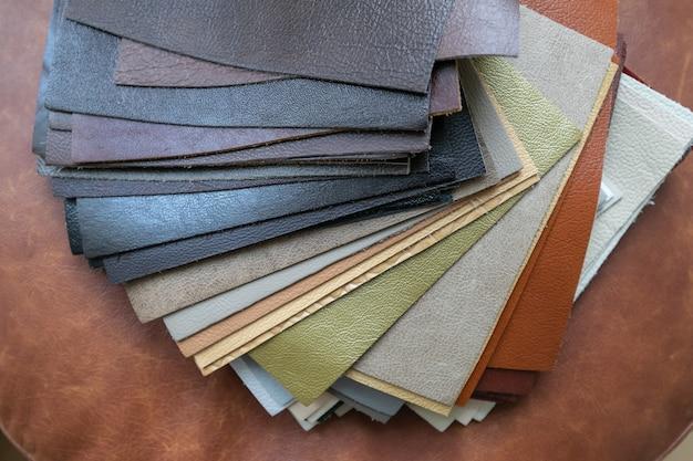 Set di campioni di pelle con diverse trame e colori per la decorazione di mobili.
