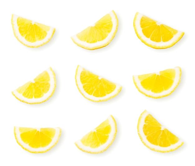 Set di fette di limone close-up su uno sfondo bianco. la vista dall'alto.