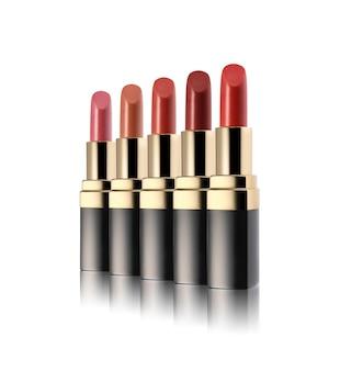 Set di rossetto in diverse tonalità su sfondo bianco