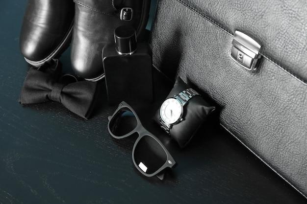 Set di accessori maschili sul tavolo, primo piano