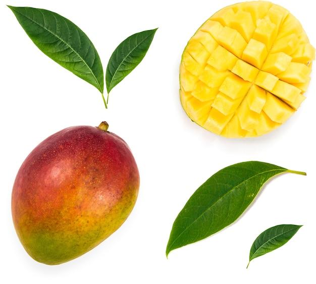 Set di frutti di mango, mango tagliato e foglia. percorso di ritaglio per ogni elemento.