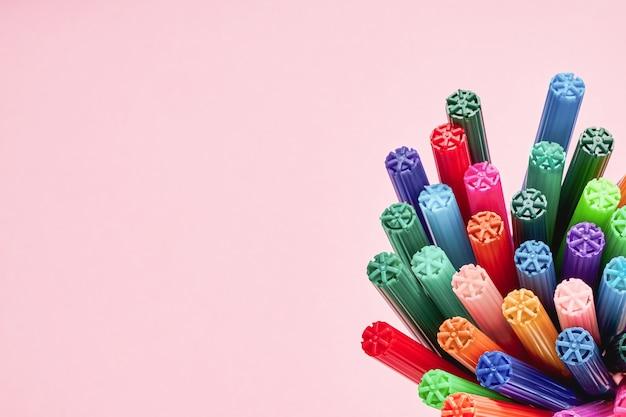 Set di pennarelli o pennarelli su rosa chiaro.