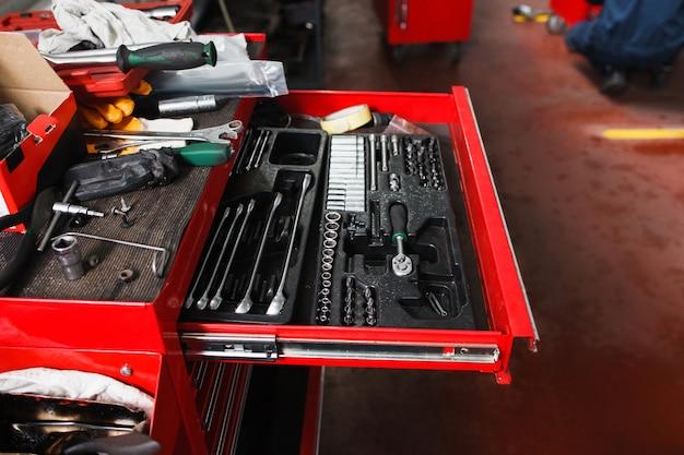 Set di strumenti meccanici in garage