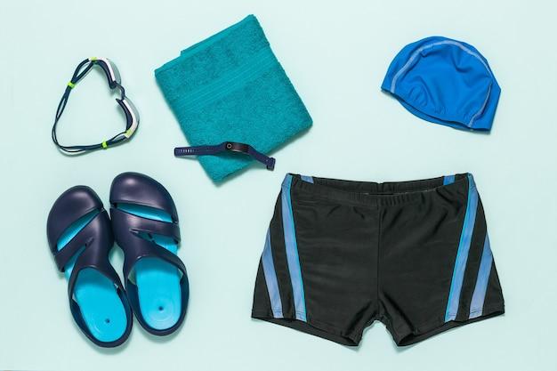 Un set di accessori per il nuoto da uomo