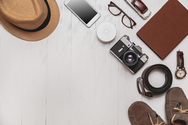 Set di accessori da uomo per il turista su uno sfondo di legno bianco la moda per il tempo libero e i viaggi...