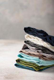 Set di tovaglioli di lino naturale sullo sfondo chiaro, concetto tessile