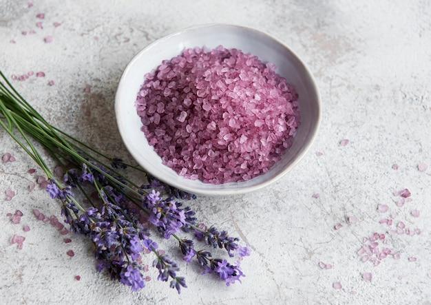 Set di cosmetici spa organici naturali con lavanda. sale da bagno piatto su fondo di cemento. cura della pelle, concetto di trattamento di bellezza