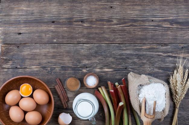 Un insieme di prodotti naturali per la cottura della crostata al rabarbaro.