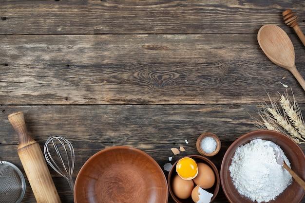 Una serie di prodotti naturali per fare una crostata su fondo in legno