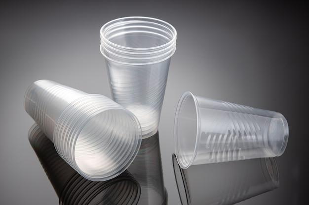Set di nuovi bicchieri di plastica vuoti. rifiuti di plastica usa e getta. avvicinamento