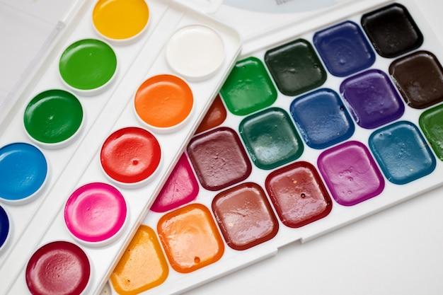Set di nuovi colori per tavolozza acquerello in scatola isolata su sfondo bianco