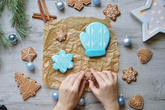 Set di biscotti di panpepato di capodanno in glassa blu su un tavolo con decorazioni di capodanno. concetto di cottura di natale.