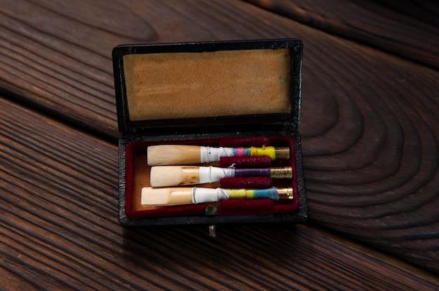 Set di ance oboe su una superficie in legno