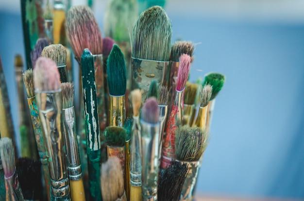 Insieme di vecchi pennelli multicolori artistici