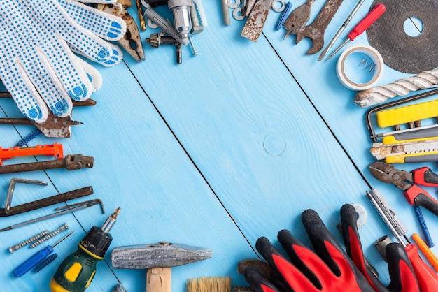 Una serie di vecchi strumenti di riparazione.