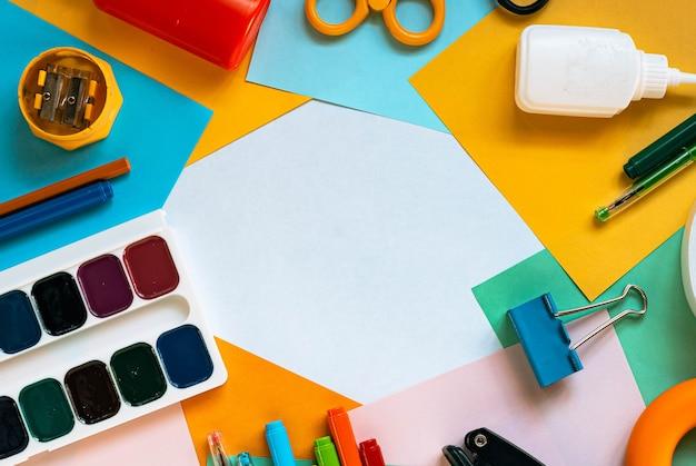 Set di carta, penna e vernice, strumenti di ritaglio. scrivania con copia spazio.