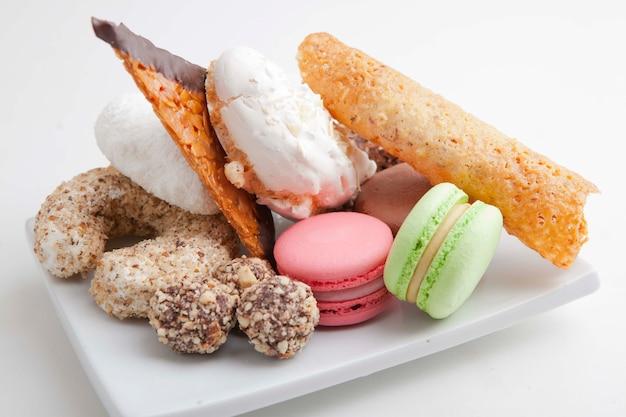 Set di pasticcini e pasta con dolci e biscotti