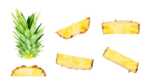 Set di fette di ananas su sfondo bianco