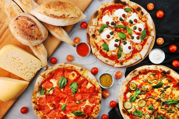 Impostare la pizza con ingredienti e salsa vista dall'alto. set di pizza stracciatella e pizze ai peperoni e verdure