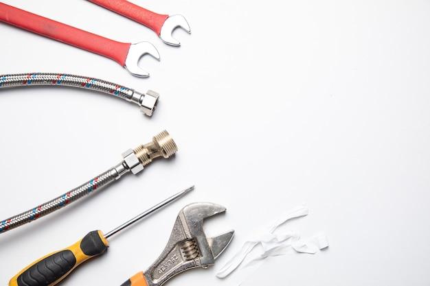 Set di impianti idraulici e strumenti sul bianco
