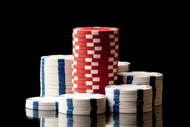 Set di fiches da poker su sfondo nero. studio girato