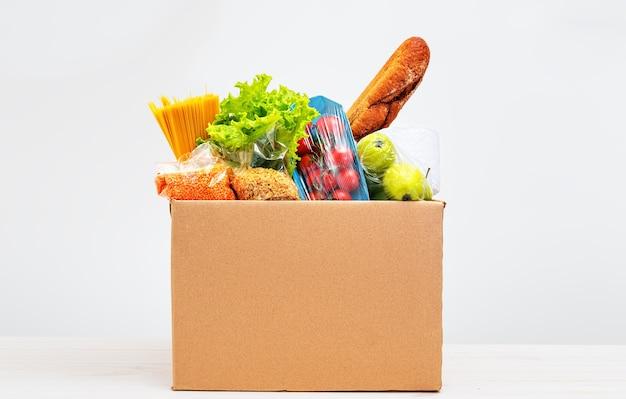 Set di prodotti ed elementi essenziali in una scatola di cartone