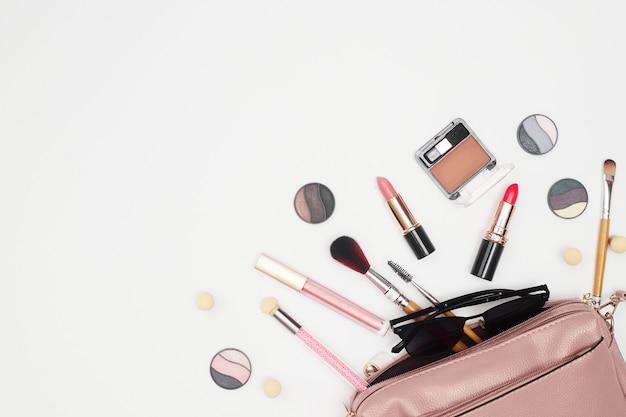 Set di cosmetici professionali, strumenti per il trucco e accessori su sfondo bianco, bellezza, moda, concetto di acquisto, piatto lay. foto di alta qualità