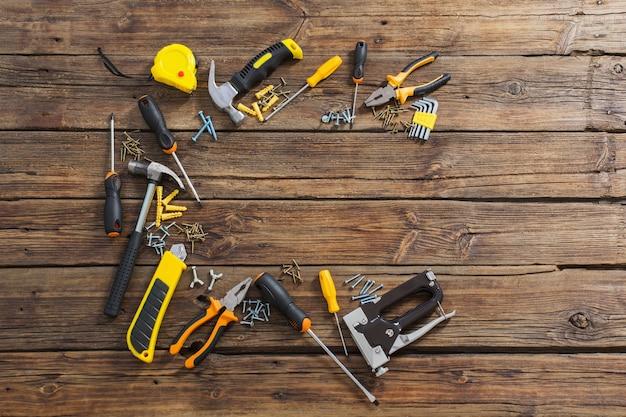 Set di strumenti di riparazione su sfondo di legno vecchio