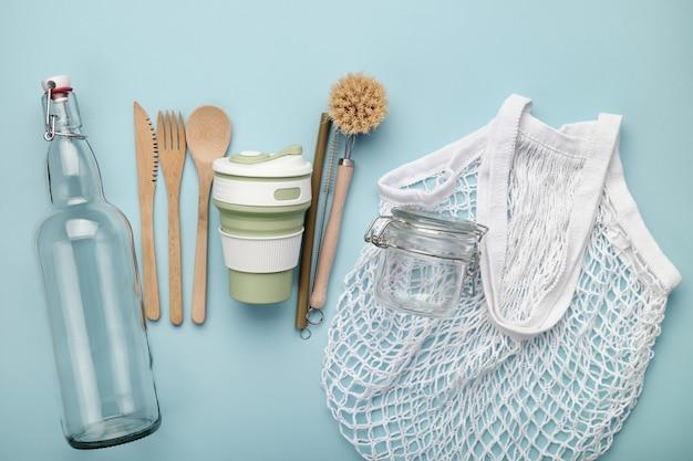 Set di prodotti ecologici riutilizzabili. rifiuti zero concetto. barattolo di vetro, bottiglia, borsa a rete, posate in bambù, paglia e spazzole