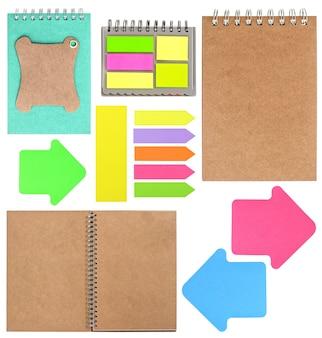 Set di libri ad anello, promemoria, tag, fogli per appunti e adesivi isolati su sfondo bianco