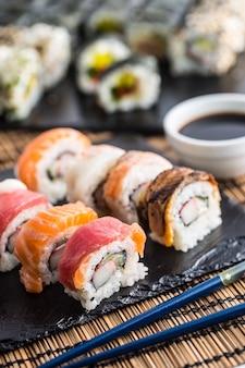 Set di roll sushi gold california con bacchette e salsa di soia.
