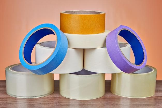 Il set di nastro adesivo da imballaggio è impilato a forma di piramide.
