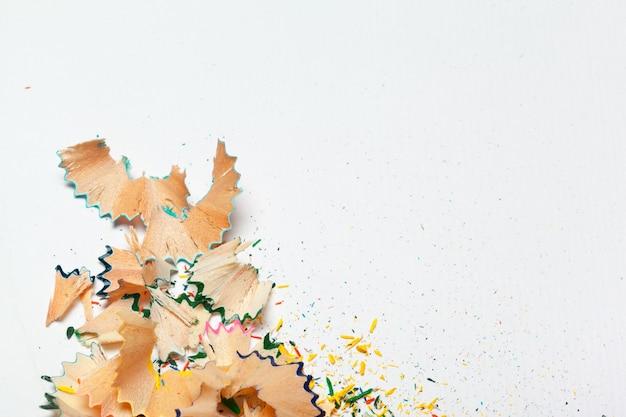 Insieme dei trucioli dalle matite isolati su fondo bianco