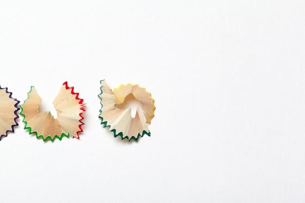 Insieme dei trucioli dalle matite, isolato su bianco