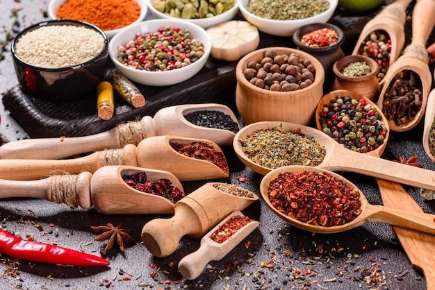 Un insieme di spezie ed erbe aromatiche. cucina indiana. pepe, sale, paprika, basilico. vista dall'alto.