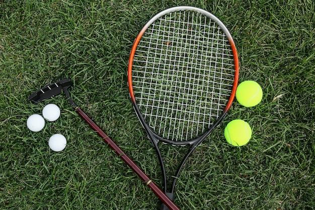 Set di attrezzature sportive su erba verde