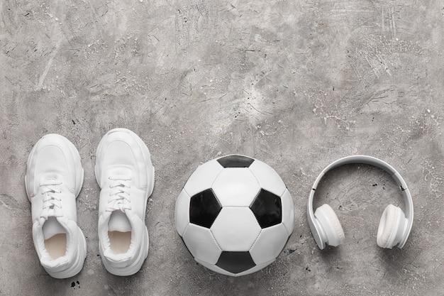 Set di attrezzature sportive sul pavimento grigio con copia spazio Foto Premium