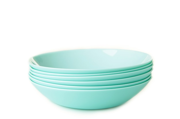 Set di piatti di minestra in ceramica menta impilati isolati su bianco