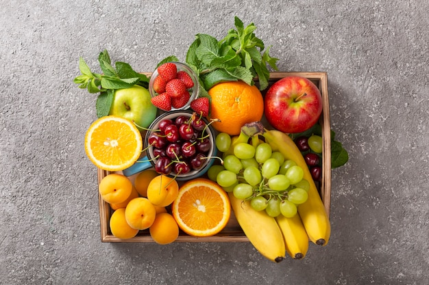 Set di frutti estivi e bacche in scatola di legno.