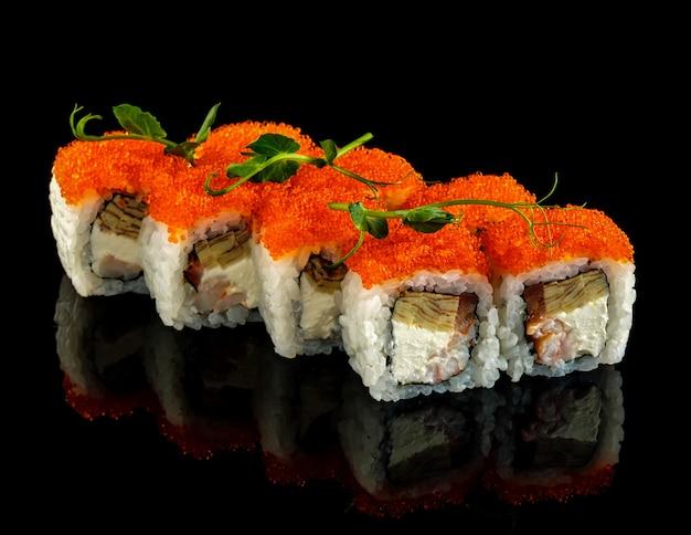Impostare il rotolo di sushi. cucina tradizionale giapponese.