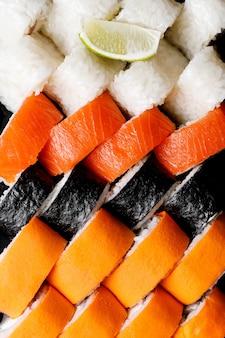 Set di rotoli di sushi in una scatola. vista dall'alto.