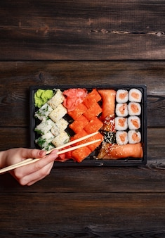 Set sushi rotoli delicatezza bastoncini di legno vista dall'alto cucina giapponese