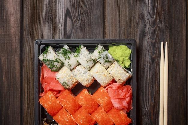 Set di sushi rotoli bastoncini di legno sulla vista da tavolo