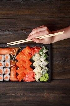 Set di sushi e panini su un tavolo in legno cibo asiatico zenzero wasabi cucina giapponese